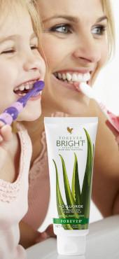 Forever Bright Zahngel reinigt mit einem Anteil von 36 Prozent Aloe Vera extrem schonend